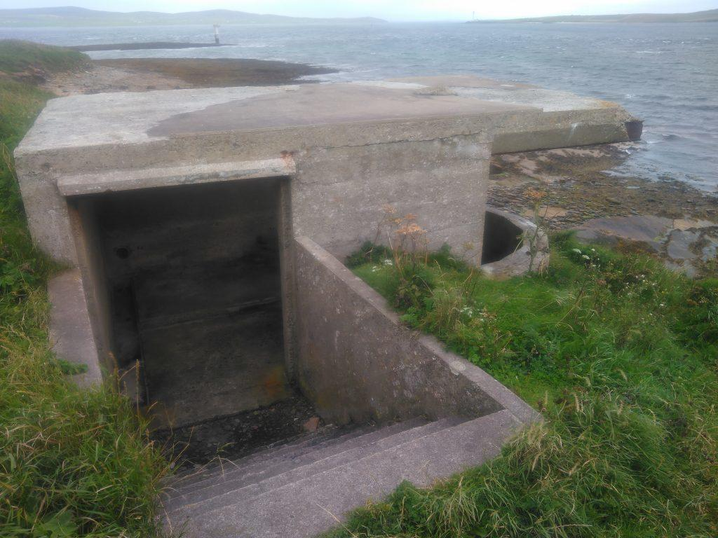 Links searchlight emplacement